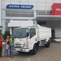Foto Penyerahan Unit 1 Sales Marketing Mobil Dealer Isuzu Padang Romi
