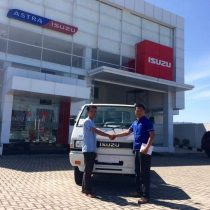Foto Penyerahan Unit 10 Sales Marketing Mobil Dealer Isuzu Padang Romi