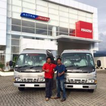 Foto Penyerahan Unit 12 Sales Marketing Mobil Dealer Isuzu Padang Romi