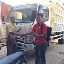 Foto Penyerahan Unit 2 Sales Marketing Mobil Dealer Isuzu Padang Romi