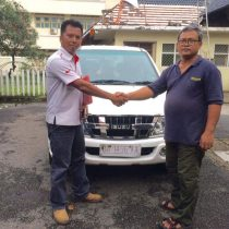 Foto Penyerahan Unit 3 Sales Marketing Mobil Dealer Isuzu Padang Romi