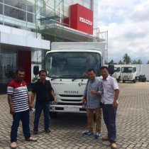 Foto Penyerahan Unit 4 Sales Marketing Mobil Dealer Isuzu Padang Romi