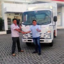 Foto Penyerahan Unit 7 Sales Marketing Mobil Dealer Isuzu Padang Romi
