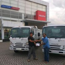 Foto Penyerahan Unit 9 Sales Marketing Mobil Dealer Isuzu Padang Romi