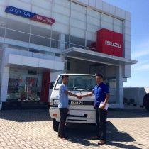 Foto Penyerahan Unit 10 Sales Marketing Mobil Dealer Isuzu Padang Romi