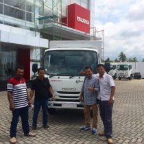 Foto Penyerahan Unit 4 Sales Marketing Mobil Dealer Isuzu Padang Romi