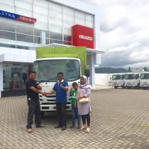 Foto Penyerahan Unit 5 Sales Marketing Mobil Dealer Isuzu Padang Romi