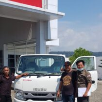 Foto Penyerahan Unit Isuzu Padang (2)